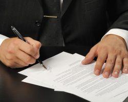 Skoro podpis jest napisanym znakiem ręcznym określonej osoby, to powinien on wskazywać tę osobę, a więc przedstawiać nie tylko jej charakter pisma, ale i dane, które ją indywidualizują