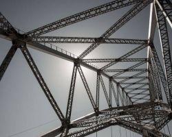 Czy dostawy stalowej konstrukcji mostu i roboty polegające na budowie mostu to jedno zamówienie?