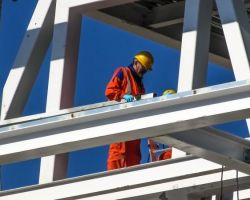 Czy zmiana w formularzu ofertowym osób zatrudnionych na podstawie umowy o pracę stanowi niedopuszczalną zmianę treści oferty?