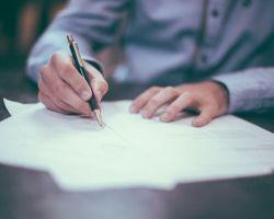 Czy brak podpisu na każdej ze stron specyfikacji technicznej sprzętu oznacza, że wykonawca nie dochował wymogu formy pisemnej oferty?